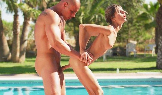 Худенькая девушка у бассейна на природе занимается классическим сексом