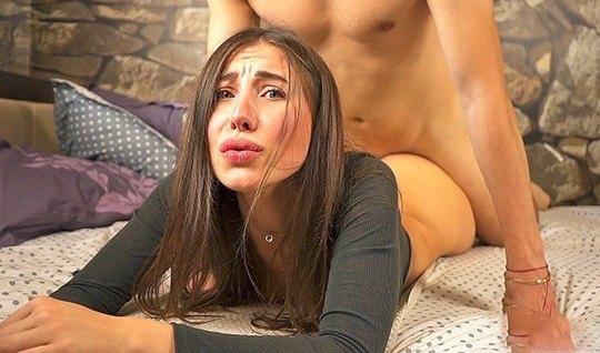 Красотка с упругими сиськами в позе раком занимается домашним сексом