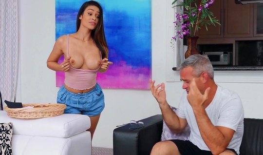 Жена брюнетка соблазнила своего мужа на горячий секс в гостиной...