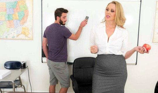 Зрелая дамочка в офисе соблазнила одного паренька на горячий трах