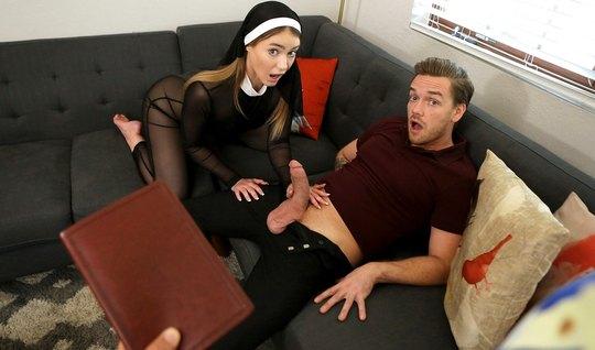 Молодая монашка с волосатой киской обожает заниматься сексом...
