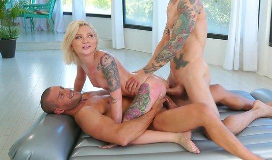 Эротический массаж завершается двойным проникновением с татуированными...