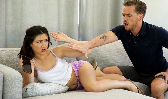 Молодая парочка на диване занимается сексом и испытывает оргазм от стр...