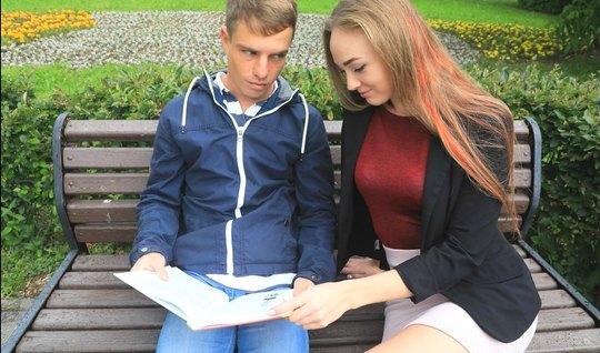 Русская молодая красотка раздвинула стройные ноги для вагинального сек...