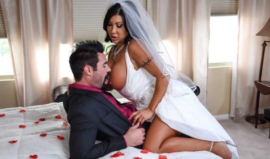 Свидетель трахает грудастую невесту прямо на свадьбе...