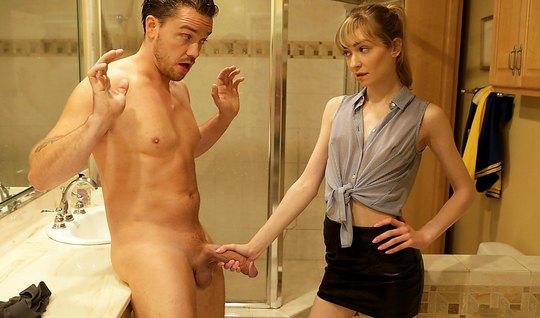 Молодой человек прямо в ванной комнате настроен на секс с худой красот...