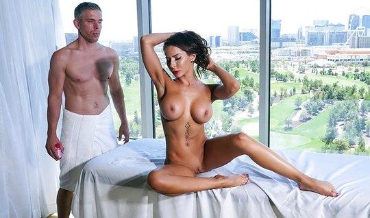 Шикарная брюнетка с большими дойками обожает массаж и секс