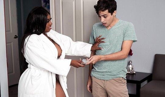 Мулатка толстушка после массажа развела молодчика на вагинал и оргазм...