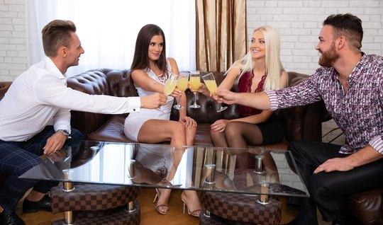 Две девушки в чулках и их парни устроили на одном диване групповое сек...