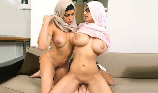 Две арабки с большими дойками обожают групповое порево с одним членом
