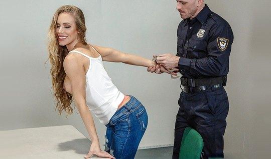 Лысый полицейский трахнул развратную блондинку с большими сиськами...