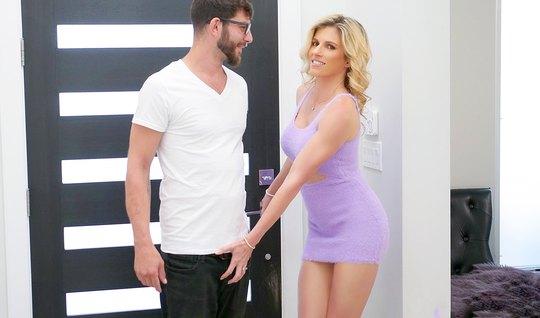 Мамочка с большой задницей напросилась на анальный секс с очкариком...