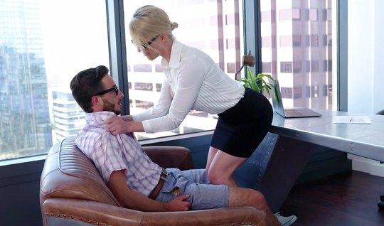 Зрелая красотка секретарша кончает от порки с очкариком в офисе