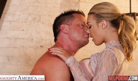 Блондинка с большими дойками обожает нежный секс с опытным любовником