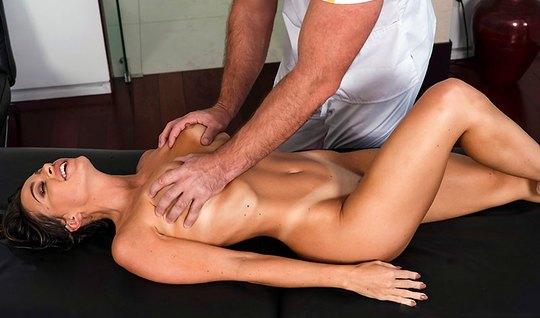 Девушка с классными сиськами получает массаж и оргазм от ненасытного п...