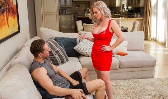 Блондинка с большими дойками сняла красное платье и занялась сексом...