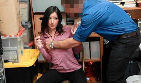 Молодая красотка во время кастинга в офисе занимается сексом на столе...