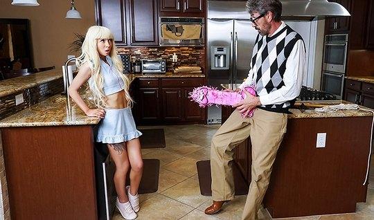 Молодая блондинка после минета и куни трахается со своим отчимом на ку...