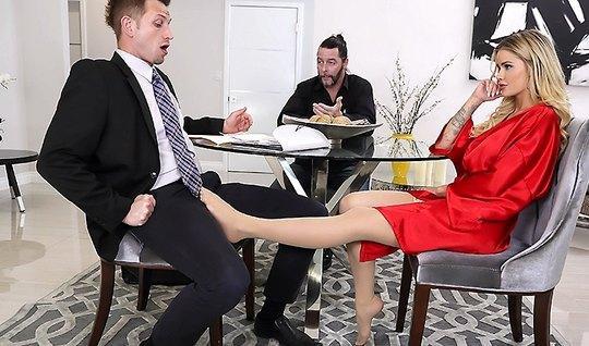 Зрелая жена в белых чулках по-быстрому сделала минет другу мужа...