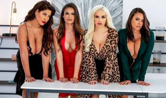 Четыре девушки с большими дойками подарили мужику групповуху в офисе...