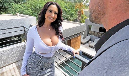 Мамочка с большими дойками залезла на член парня и получила оргазм...