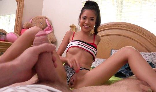 Худенькая азиатка после минета прыгает на толстом члене своего друга...