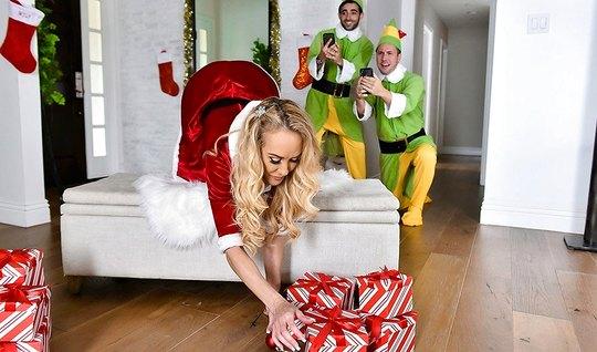 Мамочка с большими сиськами любит групповое порно перед Рождеством...