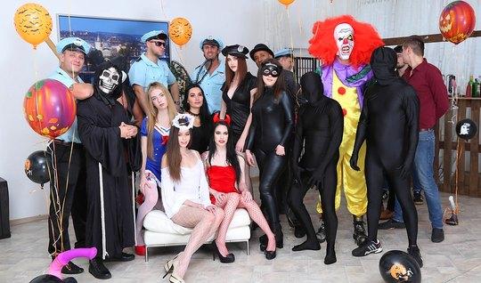 Толпа озабоченных фетишистов устроили групповую оргию в костюмах...