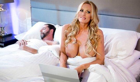 Пока муж спит зрелая бабища довела до оргазма хуястого любовника...