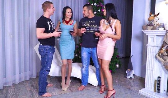 Русская четверка устроила на диване под елкой групповой секс...