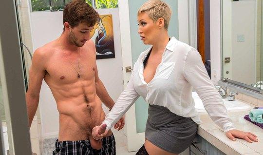 Толстая мамка в блузке и чулках натирает утренний стояк мускулистого п...