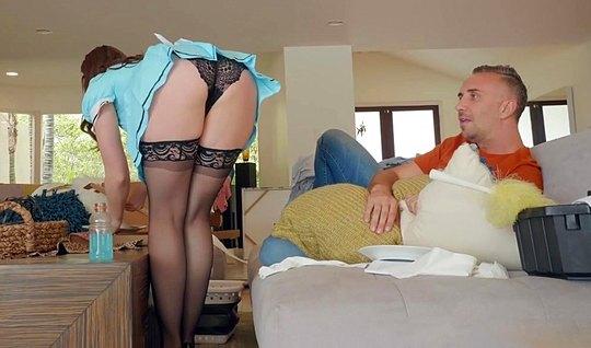 Брюнетка-домработница в чулках развела на секс хозяина дома...