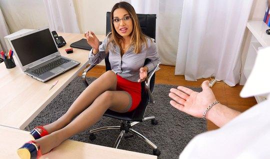 В офисе сексуальная помощница получает анальный секс и много спермы...