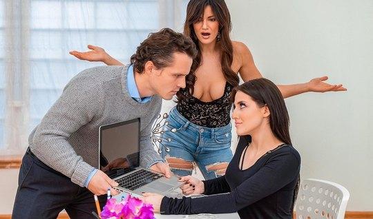 Две грудастые мамочки дарят пареньку настоящий групповой секс...