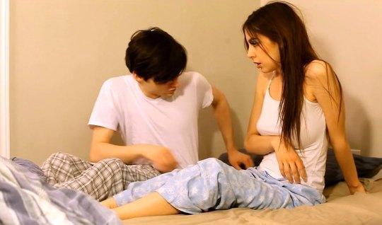 Молодая девушка с парнем прямо в спальне снимают домашнее порево...