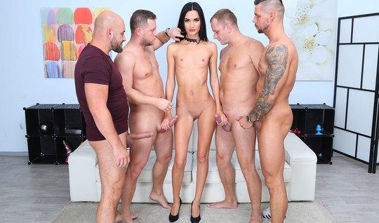 Одна худенькая девушка подарила парням двойное проникновение и группов...