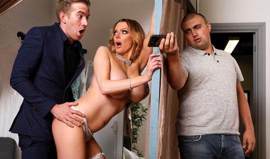 Жена с большими дойками изменяет своему мужу с его же лучшим другом...