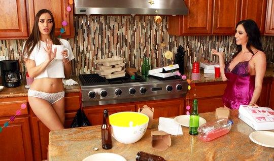 Две мамочки лесбиянки на кухне трахают друг друга не только ручками