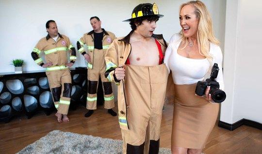 Мамочка не против жаркого траха с возбужденным членом пожарника