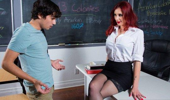 Рыжая учительница в чулках затрахала молоденького студента с большим ч...