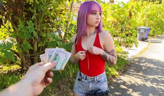 Татуированная молодая девушка во время пикапа поддалась соблазну и зан...