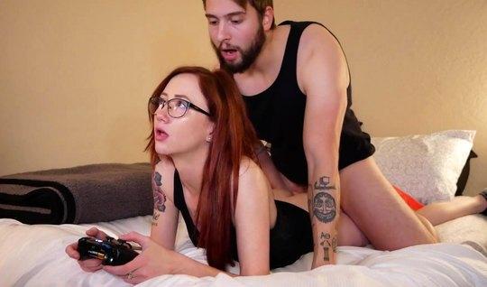 Рыжая девушка в очках подставляет киску для любви и домашнего порно...