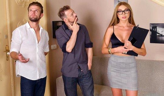 Русская девушка в очках подставляет свои дырочки для двойного проникно...