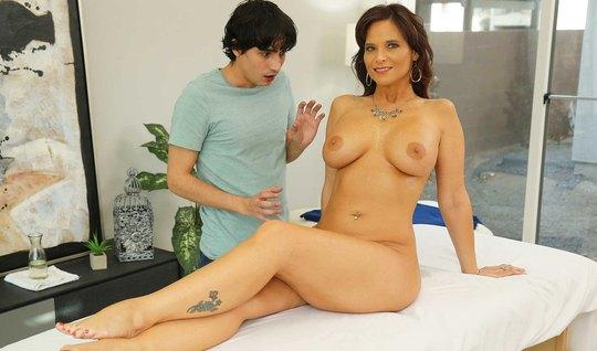 Молодой массажист во время сеанса сексуальной мамке возбудился и трахн...