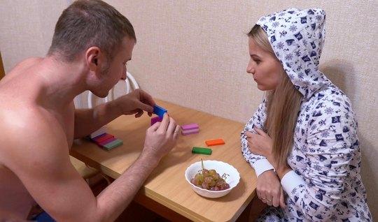 Русская пара прямо на кухне снимают свое реальное домашнее порево...