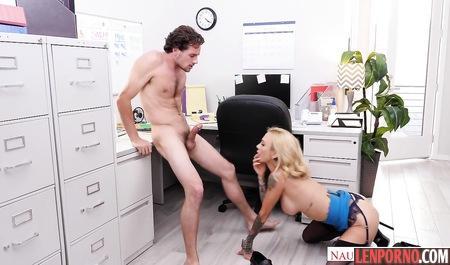 Белокурая блондинка трахается с боссом в ванной, смотреть порно онлайн с худыми лесби