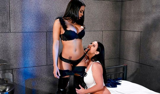 Лесбиянки с большими дойками прямо в камере затрахали друг друга языка...