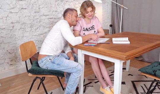Русская девушка на столе испытала восторг во время секса с мужчиной...