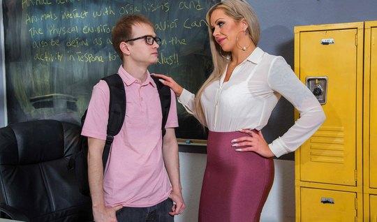 Мамка соблазнила развратника студента на секс прямо в кабинете...