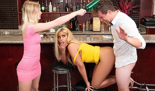 Мамочка в позе раком подставляет сочную дырочку для порки в баре